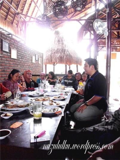 Makan siang sambil menyampaikan visi dan misi, ini yg pasti asyik.... (Foto kolpri)