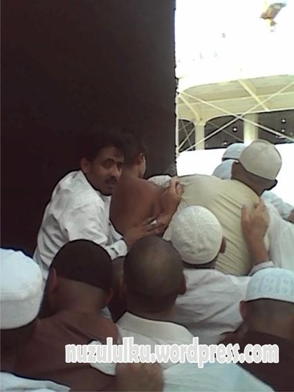 'Berebut' tuk mencium Hajar Aswad.