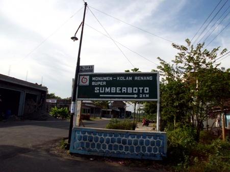 Papan petunjuk lokasi diambil dari arah Ngoro Jombang. (Foto koleksi pribadi)