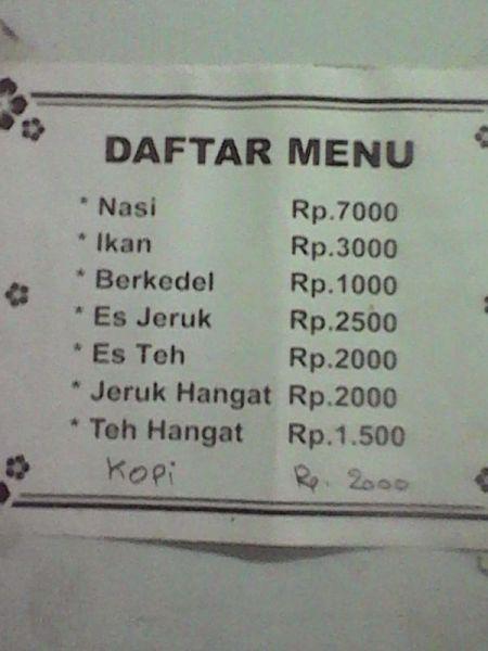Daftar harga yang ditempel di tembok. (Foto koleksi pribadi)