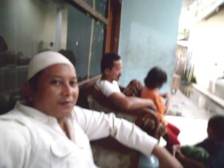 Bercengkerama dengan Ustdz Anas di dapur baru panti.