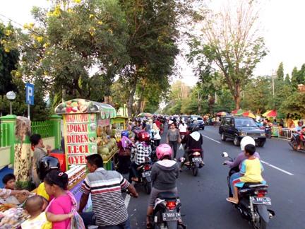Suasana sore jelang buka di depan GOR Merdeka Jombang. (Foto kolpri)