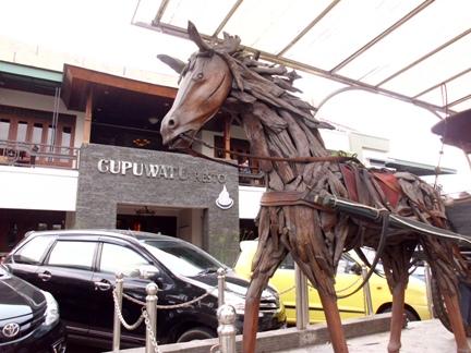 Patung kuda khas Cupuwatu Resto.