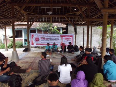 Mas Joni sedang menyampaikan sambutan di tengah para Blogger Nusantara. (Foto kolpri)