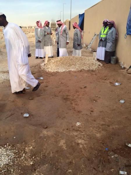 Batu-batu kerikil menjadi penutup liang lahatnya. (Dok Al-Madina Newspaper)