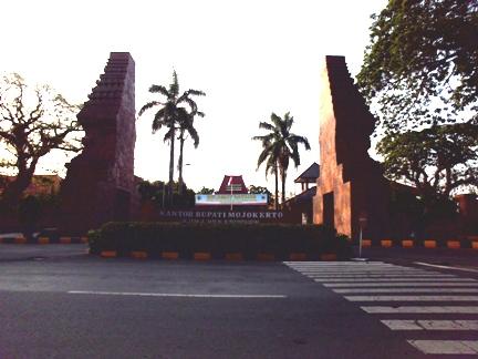 Gapura gerbang Kantor Pemkab. Mojokerto - Jawa Timur. (Foto koleksi pribadi)