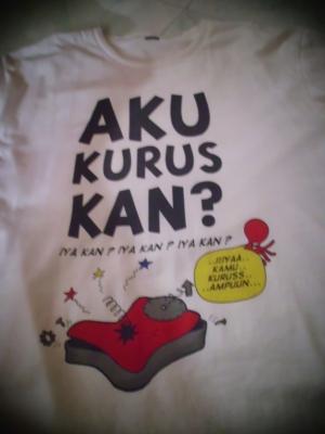 Kaos dengan desain gambar/kata-kata lucu.