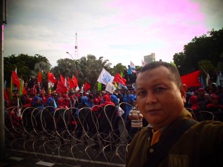 Bersama para pewarta saat demo UMK di Surabaya. (dok. pribadi)