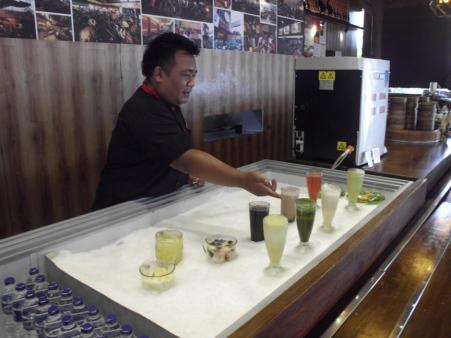 Ada 16 minuman yang disiapkan oleh Kang Tatang untuk memanjakan konsumennya.