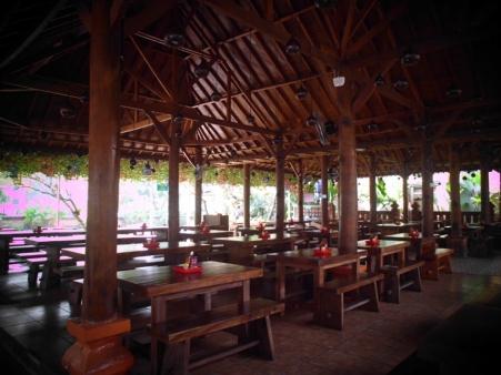 Ruang makan utama berbentuk joglo khas Jawa.