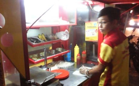 Agus Komarudin, sang penunggu outlet yg ramah. (dok pribadi)