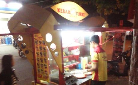 Outlet Kebab Turki Baba Rafi di depan Pasar Brangkal. (dok pribadi)
