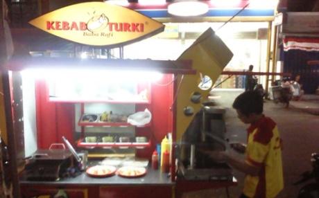Melihat proses perajikan Kebab Sapi favorit saya. (dok pribadi)