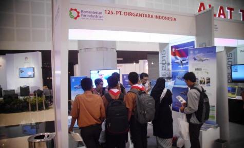 Para siswa dari SMA 2 Surabaya cukup antusias untuk berdiskusi di stan PTDI. (dok pribadi)