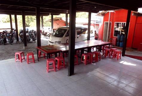 Ruang makan di lantai dasar/parkir bawah.