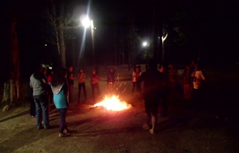 Yang masih melek, api unggun menjadi kehebohan selanjunya.